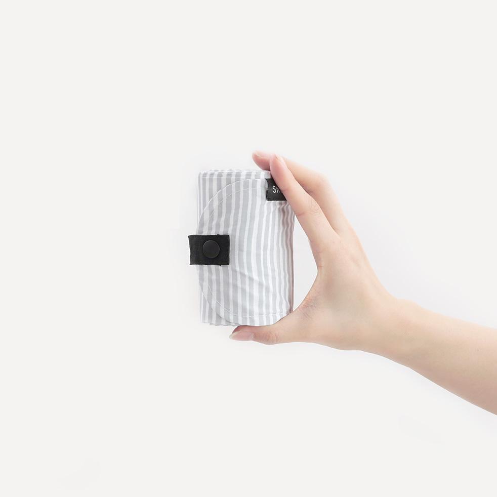 Shupatto Compact bianco rigato - Borsa SEN taglia S in polietilene, capienza 7,5 lt/3 Kg, dimensioni 30x26 cm